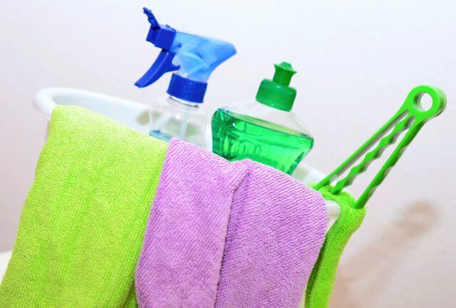 Praktyczne sposoby na czyszczenie mebli